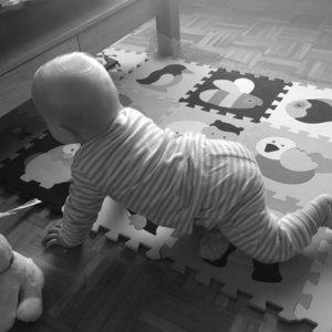 Sprechstunde für Saeuglinge und Kleinkinder, krabbelndes Baby