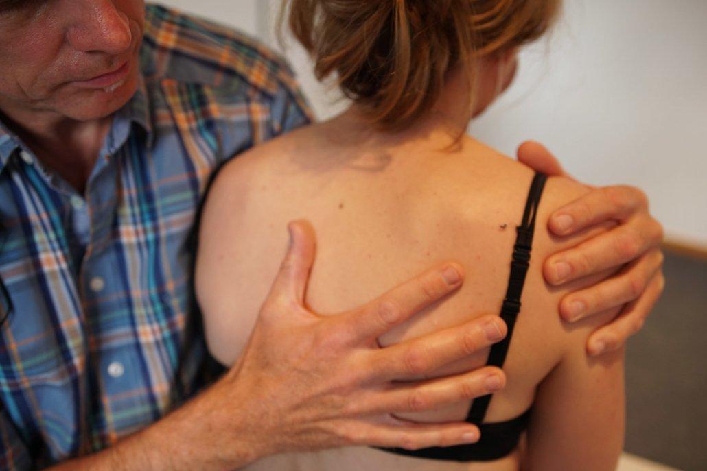 Berufsbild in der Osteopathie - Osteopath behandelt Frau