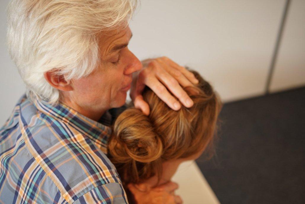 berufsbild eines osteopathen einer osteopathin . Osteopath behandelt